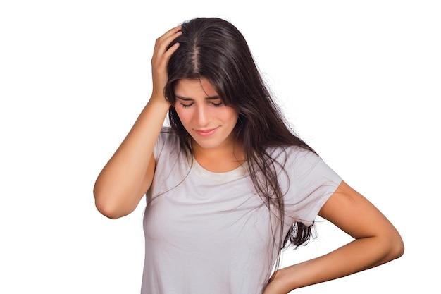 Portret van een jonge vrouw moe en lijden aan hoofdpijn in de studio.
