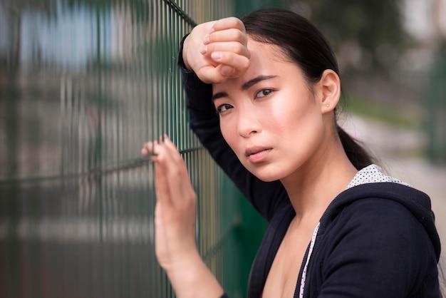 Portret van een jonge vrouw moe na het sporten