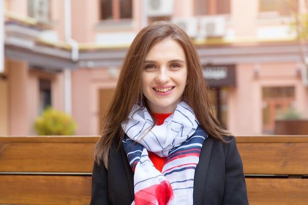Portret van een jonge vrouw op een oude europese stad