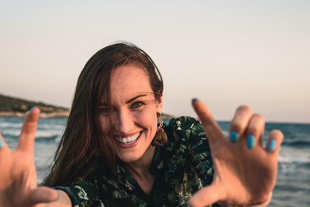Portret van een jonge vrouw op het strand