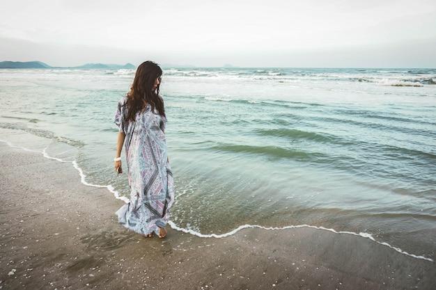 Portret van een jonge vrouw op het tropische strand