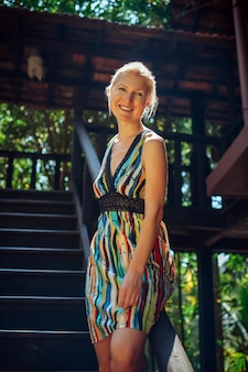 Portret van een jonge vrouw op onscherpe achtergrond op zonnige dag, recreatie, reizen, vakantie in tropisch land