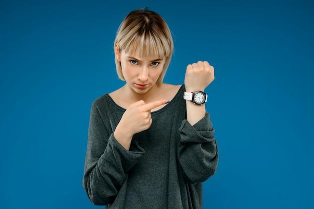 Portret van een jonge vrouw over blauwe muur