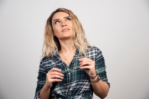 Portret van een jonge vrouw poseren met een stijlvolle bril.