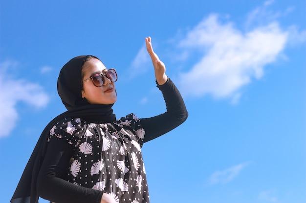 Portret van een jonge vrouw uit de jaren '20 met hijab