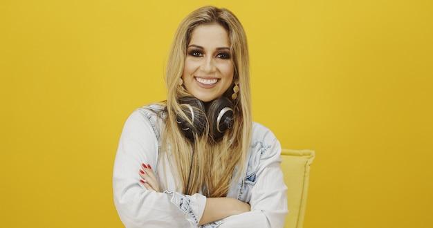 Portret van een jonge vrouw zanger met koptelefoon. naar muziek aan het luisteren. zing met een uitdrukking van geluk
