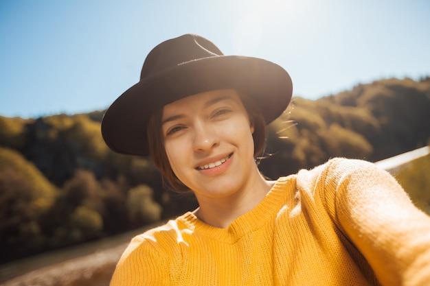 Portret van een jonge vrouwelijke reiziger op de natuur Premium Foto
