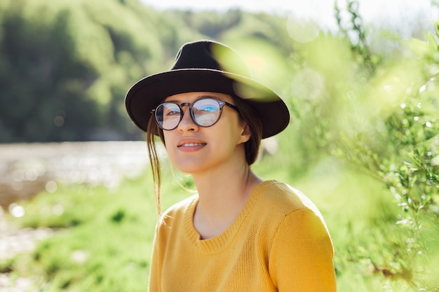 Portret van een jonge vrouwelijke reiziger op de natuur