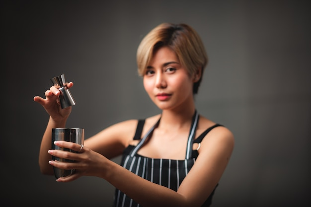 Portret van een jonge vrouwen aziatische barista, het concept van de koffiekoffie