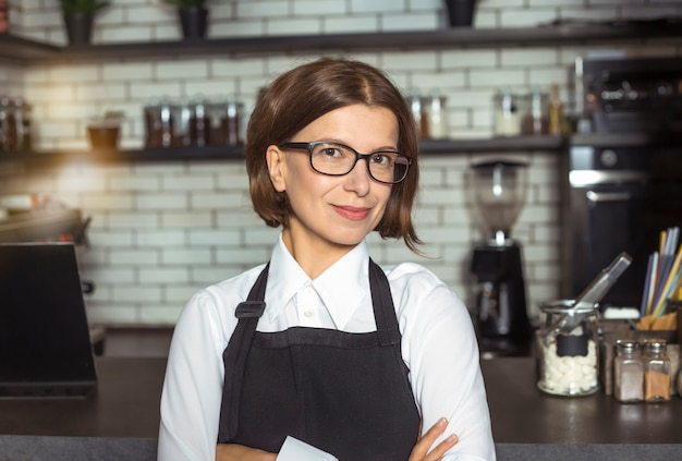 Portret van een jonge vrouwenondernemer in haar restaurant