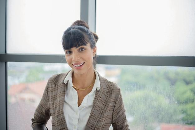 Portret van een jonge zakelijke glimlachende vrouw