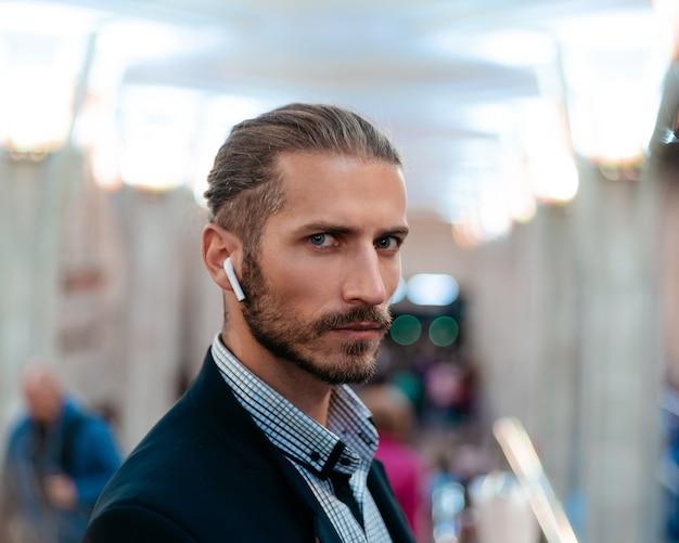 Portret van een jonge zakenman die in de metro staat