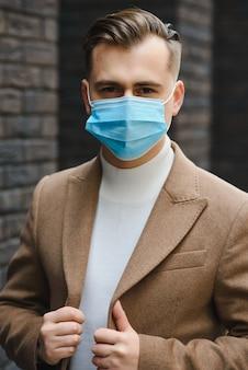 Portret van een jonge zakenman in een wegwerpmasker