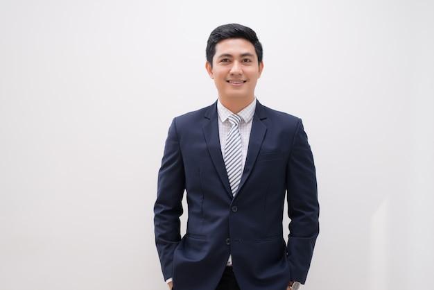 Portret van een jonge zakenman op wit wordt geïsoleerd