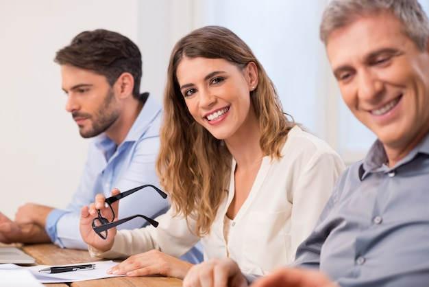 Portret van een jonge zakenvrouw tijdens een vergadering. ondernemers in een vergadering. portret van zakenvrouw tijdens een zakelijke bijeenkomst in een directiekamer
