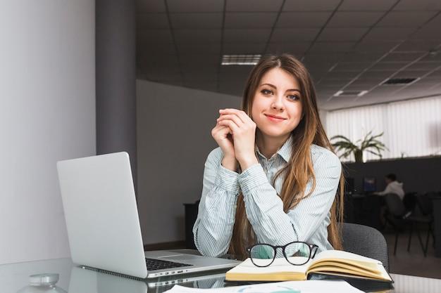 Portret van een jonge zakenvrouw