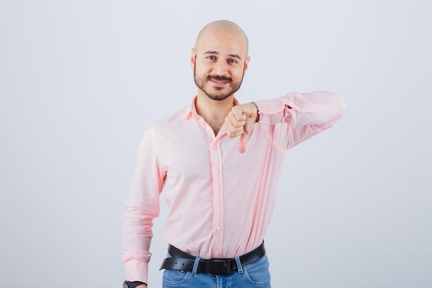 Portret van een jonge zelfverzekerde man