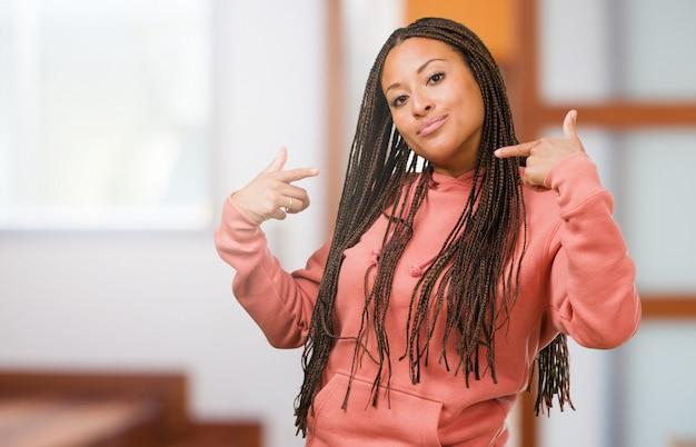Portret van een jonge zwarte trots en zeker het dragen van vlechten