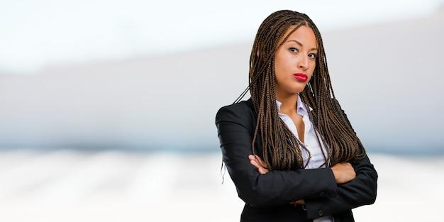 Portret van een jonge zwarte zakenvrouw zeer boos en boos, zeer gespannen, furio schreeuwen
