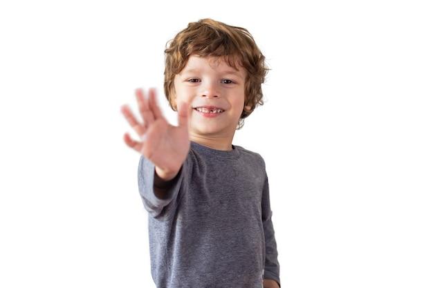 Portret van een jongen die een gebaar tot ziens maakt