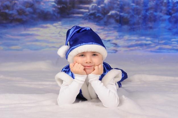 Portret van een jongen die kerstmis viert