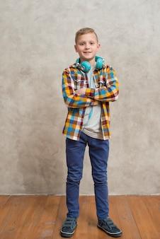 Portret van een jongen met koptelefoon rond de nek