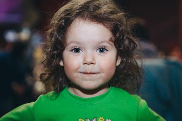 Portret van een kind. het gezicht van het meisje is bedekt met haar.
