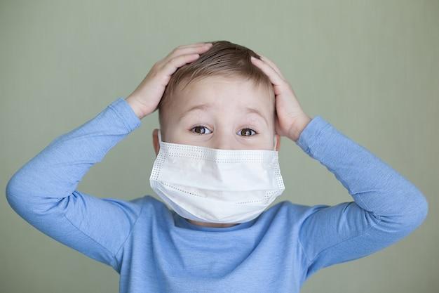 Portret van een kind met een gezichtsmasker. gezondheidszorg.