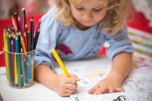 Portret van een kindermeisje tekenen met kleurrijke potloden