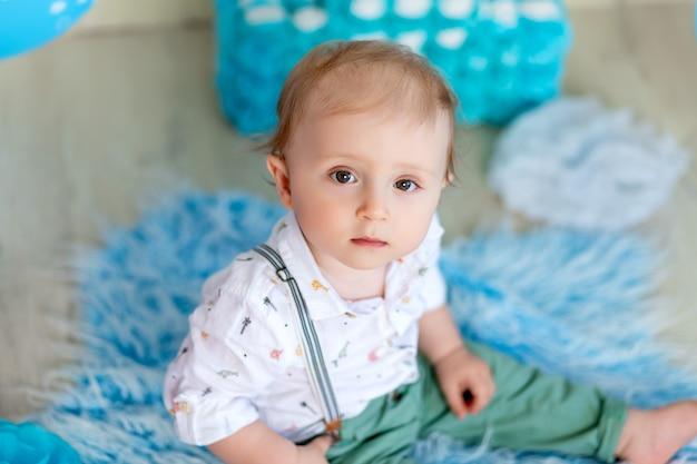 Portret van een kindjongen l, een kind van 1 jaar oud, gelukkige jeugd, kinderverjaardag