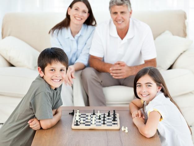 Portret van een klein gezin in hun woonkamer