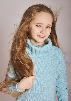 Portret van een klein glimlachend meisje. blije emoties