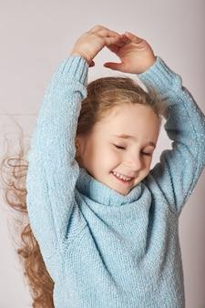 Portret van een klein lachend meisje. blije emoties