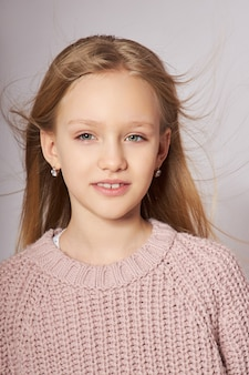 Portret van een klein lachend meisje. gelukkige emoties