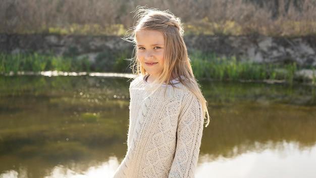 Portret van een klein meisje buiten bij het meer