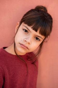 Portret van een klein meisje dat ernstig is