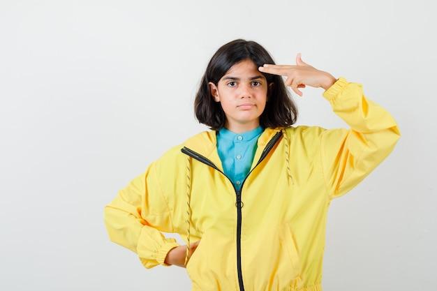 Portret van een klein meisje dat zelfmoordgebaar maakt in shirt, jas en hopeloos vooraanzicht kijkt