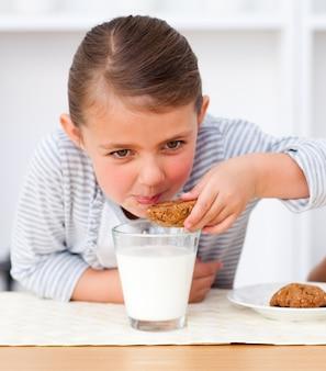 Portret van een klein meisje die koekjes eten