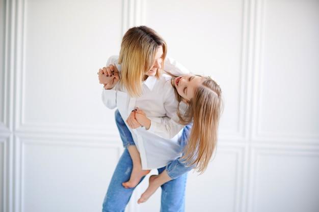 Portret van een klein meisje en een liefhebbende moeder