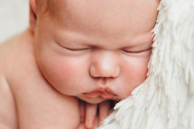 Portret van een klein meisje: het gezichtsclose-up van de baby. jeugd, gezondheidszorg, ivf