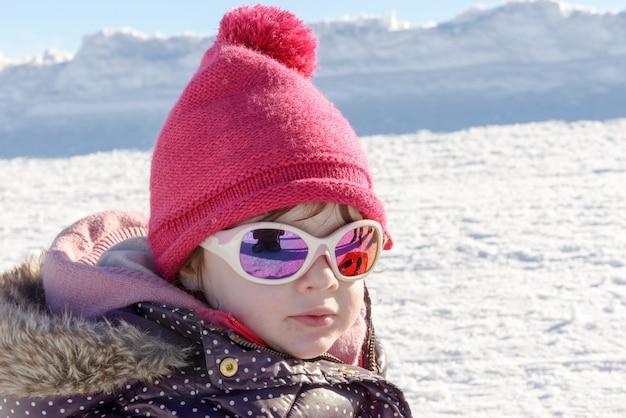 Portret van een klein meisje in de sneeuw