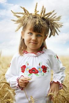 Portret van een klein meisje in het oekraïense nationale kostuum