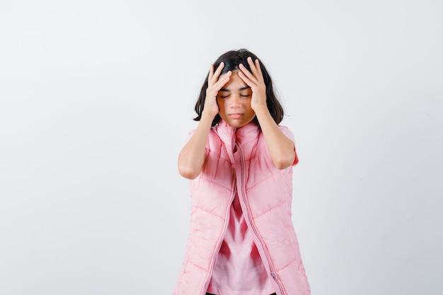 Portret van een klein meisje in wit t-shirt en kogelvrij vest op zoek uitgeput