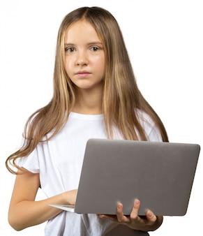 Portret van een klein meisje met een aardige laptop.