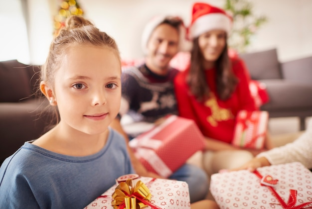Portret van een klein meisje met familie met kerstmis