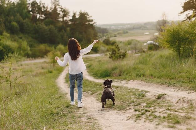 Portret van een klein meisje met haar mooie hond
