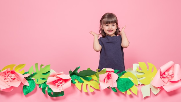 Portret van een klein meisje op een zomer roze muur