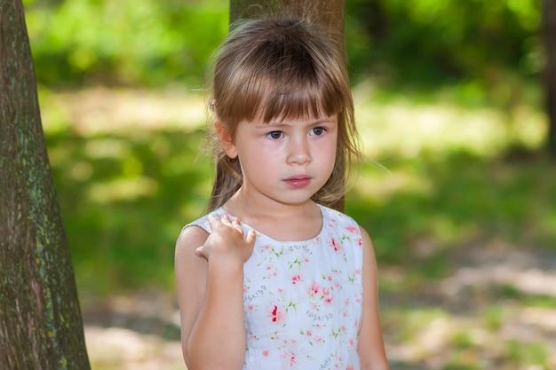 Portret van een klein meisje op een zonnige dag