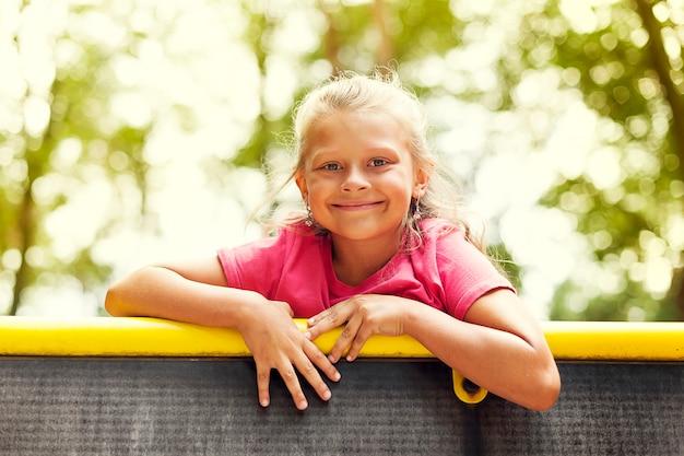 Portret van een klein meisje op speelplaats