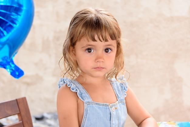 Portret van een klein meisje van 3 jaar